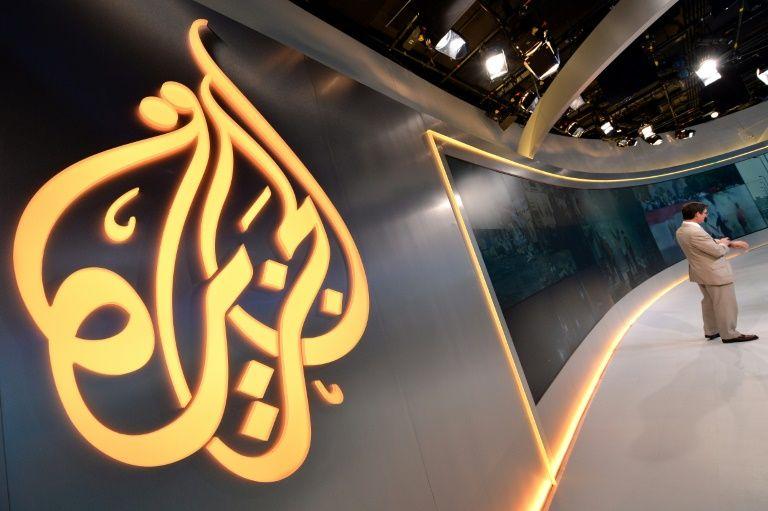 شعار قناة الجزيرة في استديوهاتها في نيويورك في 2013