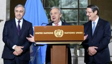 UN Secretary-General Antonio Guterres (C) speaks as Turkish Cypriot leader Mustafa Akinci (L) and Greek Cypriot President Nicos Anastasiades (R) listen on during a press conference following the UN-sponsored Cyprus peace talks on January 12, 2017