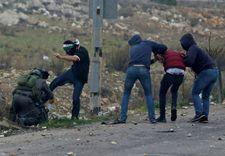 Undercover Israeli border police nab Palestinian protesters