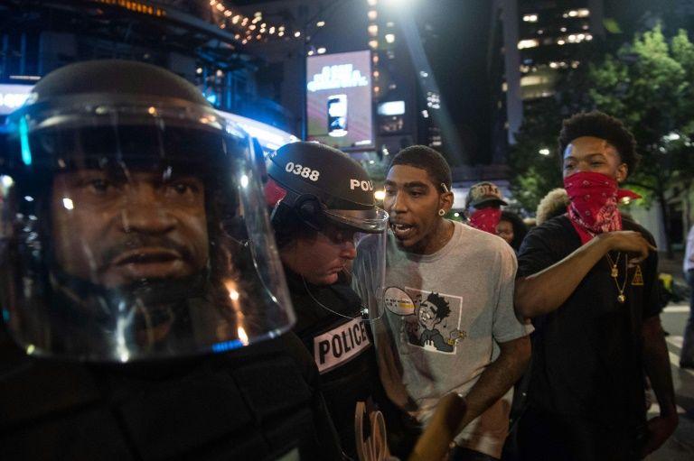Tensions entre manifestants et forces de l'ordre lors d'une manifestation contre les violences policières, le 21 septembre 2016 à Charlotte, en Caroline du Nord