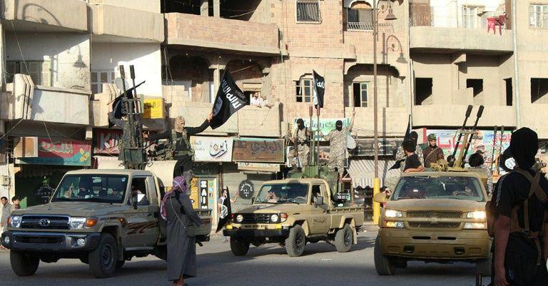 Photo diffusée sur le site jihadiste Welayat Raja, le 30 juin 2014, montant des jihadistes du groupe Etat islamique paradant dans une rue de Raqa, en Syrie