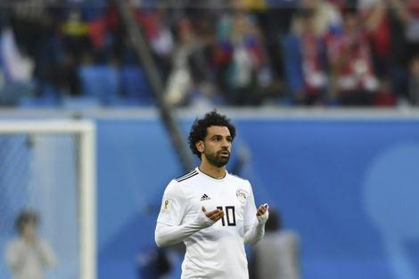 محمد صلاح يتلو سورة الفاتحة قبل انطلاق المباراة بين المنتخبين المصري والروسي خلال منافسات كأس العالم، في 19 حزيران/يونيو 2018.