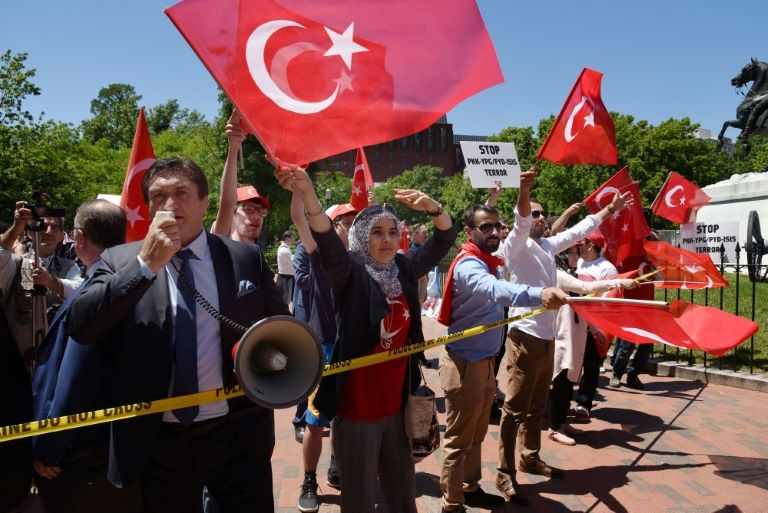 "Erdogan à Washington: des manifestants ""brutalement attaqués"" (police)"