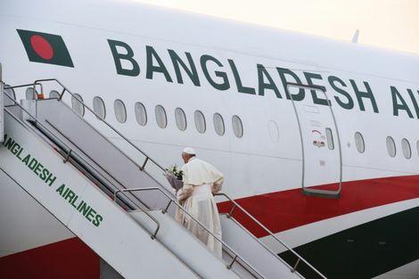 Le pape quitte le Bangladesh après un voyage dominé par les Rohingyas