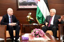 Photographie fournie par le service de presse palestinien, du président palestinien Mahmoud Abbas et de  l'émissaire américain Jason Greenblatt à Ramallah, le 25 mai 2017