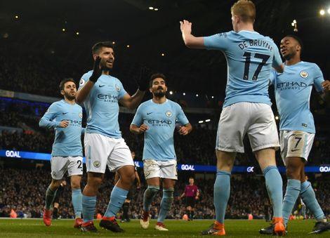 لاعبو مانشستر سيتي يحتفلون بالهدف الثاني لفريقهم والذي سجله الأرجنتيني سيرخيو اغويرو (الثاني من اليسار) بتمريرة من البلجيكي كيفن دي بروين (الثاني من اليمين) ضد ليستر سيتي في الدوري الانكليزي، مانشستر في 10 شباط/فبراير 2018
