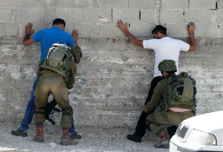 Des soldats israéliens fouillent des Palestiniens, le 20 septembre 2016 à Hébron, en Cisjordanie