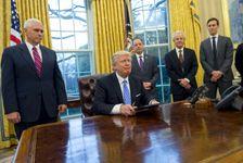 الرئيس دونالد ترامب في المكتب البيضاوي بالبيت الابيض بعد التوقيع على مذكرات رئاسية الاثنين 23 ك2/يناير 2017