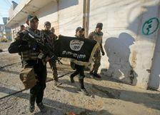 عناصر من الوحدات الخاصة العراقية يزيلون علما لتنظيم الدولة الاسلامية بعد سيطرتهم على احد الاحياء في شرق الموصل في كانون الثاني/يناير 2017