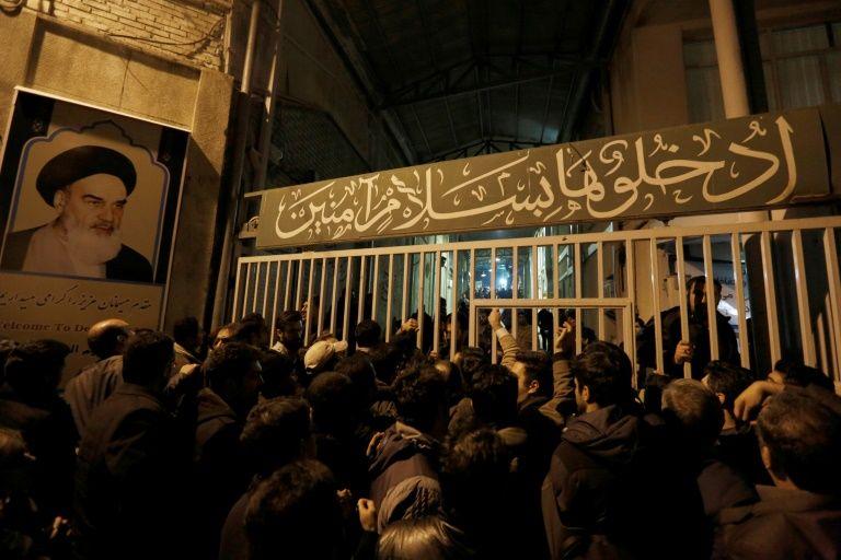 Des Iraniens rassemblés devant la mosquée Jamaran, le 8 janvier 2017 à Téhéran, après le décès de l'ancien président Akbar Hachémi Rafsandjani
