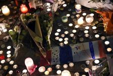 Bougies et fleurs près du Bataclan pour les victimes des attentats, à Paris le 14 mai 2015