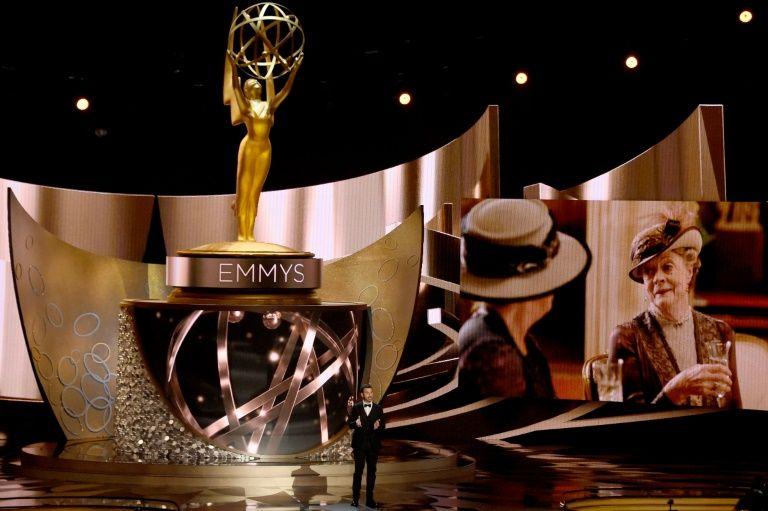 L'animateur Jimmy Kimmel parle sur la scène des Emmy Awards le 18 septembre 2016 à Los Angeles