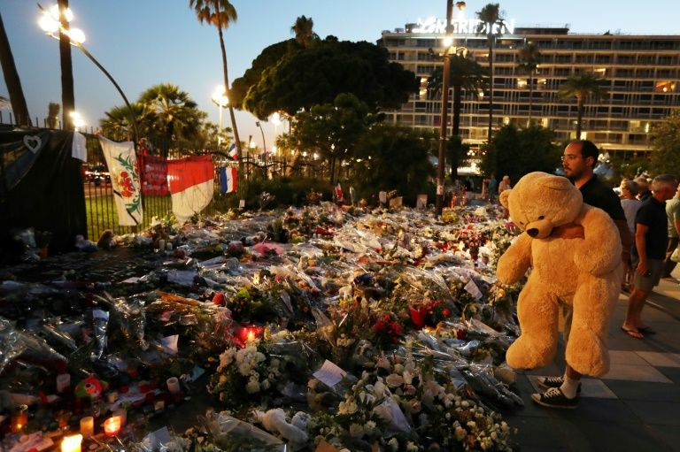 Prosecutor wants Paris Match pulled from stands over Nice attack images