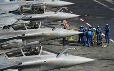 Des Rafale à bord porte-avions Charles de Gaulle le 22 novembre 2015 en Méditerranée orientale