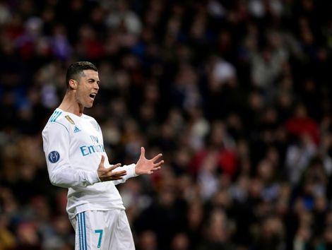 La star du Real Madrid Cristiano Ronaldo reçoit le 5e Ballon d'Or de sa carrière