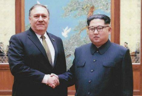 Photo fournie par l'administration américaine le 26 avril 2018 de l'ancien directeur de la CIA Mike Pompeo (g) serrant la main du dirigeant nord-coréen Kim Jong Un lors de leur rencontre à Pyongyang fin mars 2018