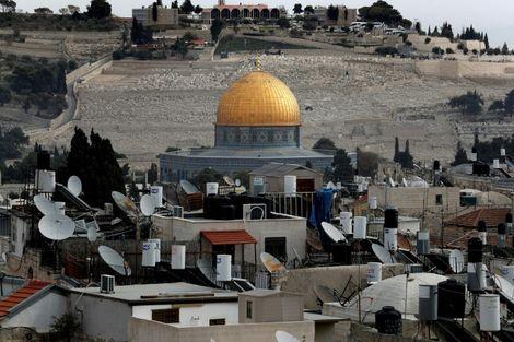 المدينة القديمة في القدس ويظهر بشكل جزئي مسجد قبة الصخرة في الوسط في 19 كانون الاول/ديسمبر.