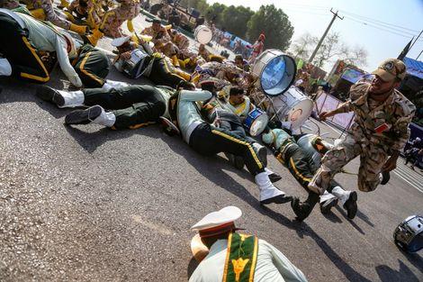 Des soldats à terre lors d'un attentat commis le 22 septembre 2018 lors d'un défilé militaire dans la ville iranienne d'Ahvaz