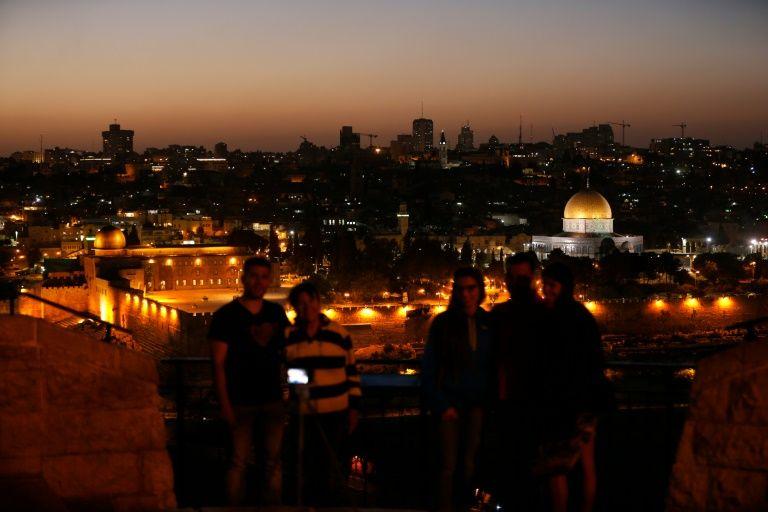 مشهد عام للقدس القديمة ليل 13 تشرين الاول/اكتوبر 2016 ويبدو المسجد الاقصى (يسار) وقبة الصخرة في الحرم القدسي