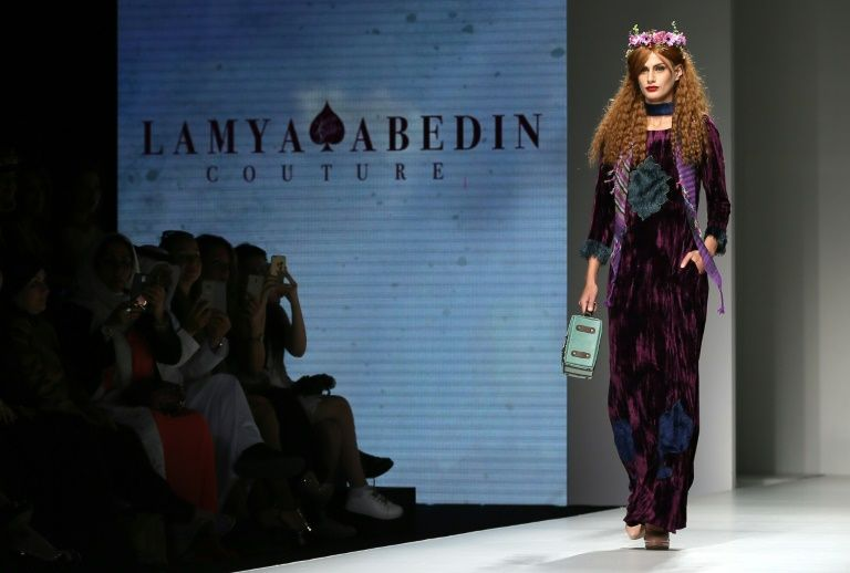 Un mannequin présente une création de la styliste émiratie Lamya Abedin lors de l'Arab Fashion Week, le 6 octobre 2016 à Dubaï