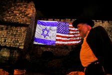 Une photo montre une vaste bannière étoilée à côté du drapeau à l'étoile de David sur les murs de la Vieille ville de Jérusalem, le 6 décembre 2017