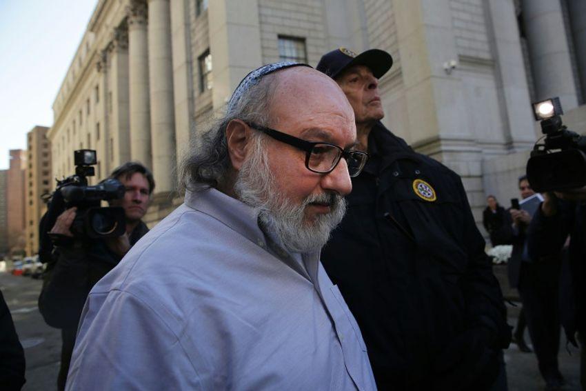 Jonathan Pollard, un Américain reconnu coupable d'espionnage pour Israël, quitte un tribunal de New York après sa libération de prison en novembre 2015 après trois décennies derrière les barreaux