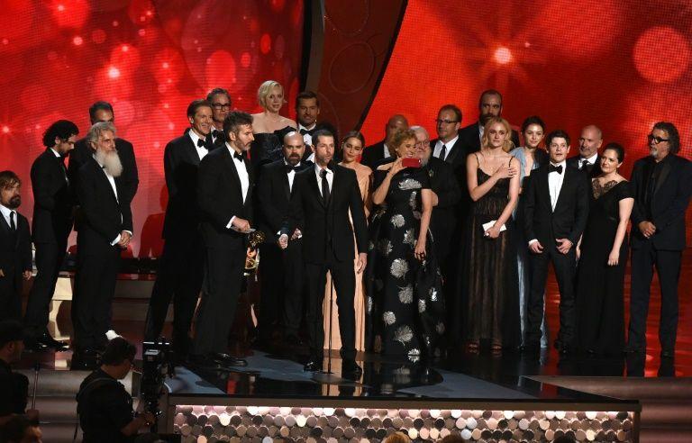 """Les producteurs David Benioff (4e g) et D.B Weiss (c) avec les acteurs de la série """"Game of Thrones"""" récompensés lors des 68e Emmy Awards, le 18 septembre 2016 à Los Angeles"""