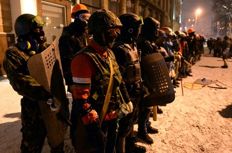 Ukrainian opposition activists get ready for clashes with riot police in central Kiev early January 22, 2014