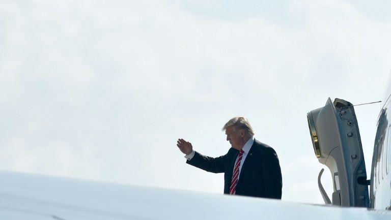 Le président Donald Trump salue avant d'embarquer dans Air Force One sur la base aérienne MacDill à Tampa en Floride le 6 février 2017