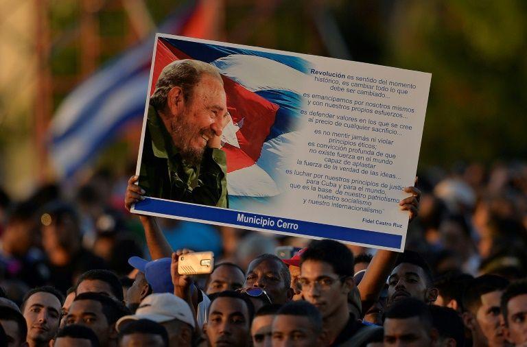 مشاركون في تجمع في ساحة الثورة في هافانا تكريما للزعيم الثوري الراحل فيدل كاسترو في 29 تشرين الثاني/نوفمبر 2016