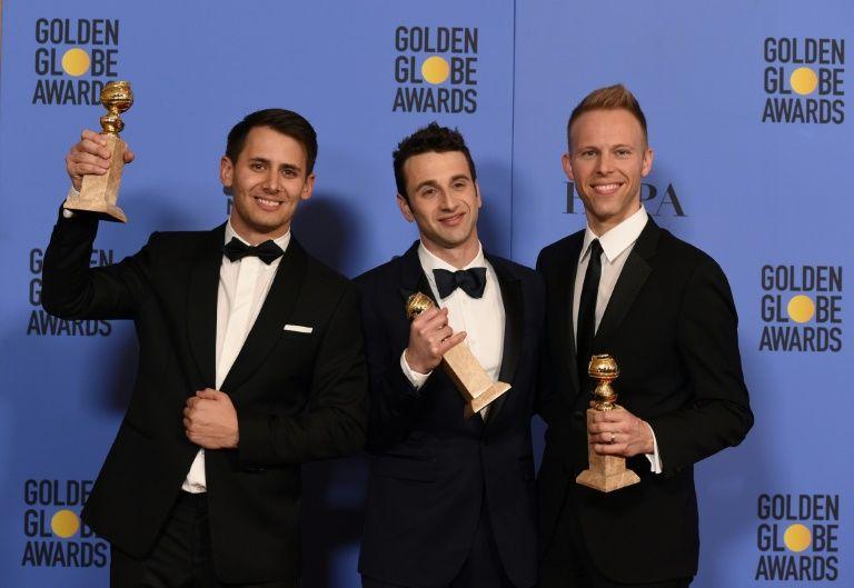 """Benj Pasek, Justin Hurwitz et Justin Paul, remportent le Golden Globe de la meilleure musique de film pour """"La la land"""", le 8 janvier 2017"""