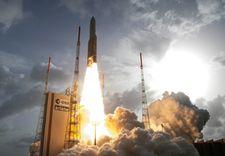 """صاروخ """"أريان 5"""" ينطلق من غويانا الفرنسية ليطلق قمرين اصطناعيّين للهند وكوريا"""
