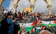 Des fidèles palestiniens manifestent sur l'esplanade des Mosquées dans la vieille ville de Jérusalem, le 15 décembre 2017