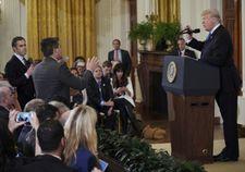 Trump s'écharpe avec un reporter qui perd son accréditation à la Maison Blanche