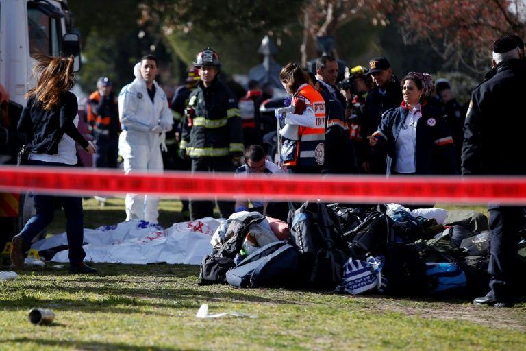 """Policiers et secouristes israéliens sur les lieux d'une """"possible attaque terroriste"""" à Jérusalem, le 8 janvier 2017"""