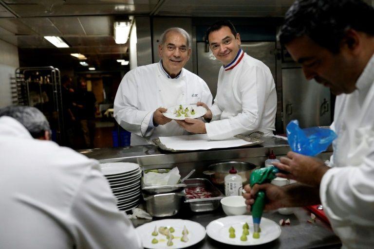 Laurent Delarbre (d), ancien chef du restaurant parisien la Tour d'Argent, a découvert à Jérusalem la gastronomie casher auprès du plus célèbre chef israélien Shalom Kadosh (g).