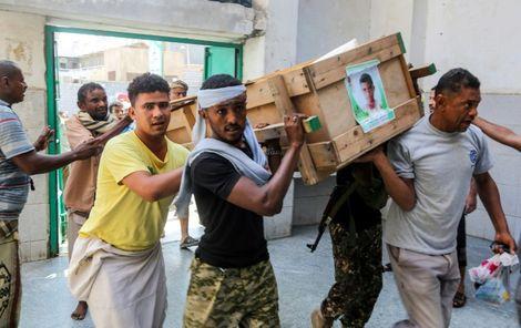 Des hommes portent un cerceuil dans la ville portuaire de Hodeida, au Yémen, le 10 décembre 2018