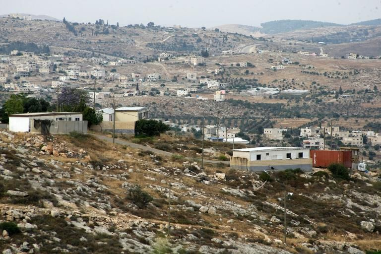 Vue d'une partie de la Cisjordanie en mai 2013 avec en premier plan des implantations juives et des habitations appartenant à des Palestiniens