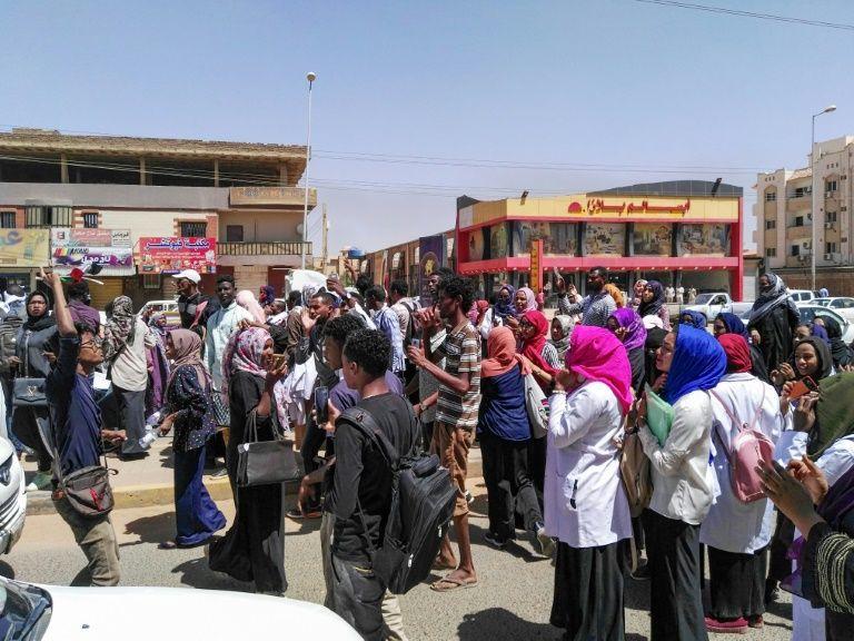 Des Soudanais manifestent contre le gouvernement d'Omar el-Béchir dans la capitale Khartoum le 18 mars 2019