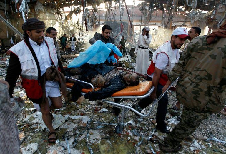 عناصر من الهلال الاحمر اليمني يقومون باجلاء قتلى وجرحى الغارة التي اصابت مجلس عزاء في صنعاء، السبت 8 تشرين الاول/اكتوبر 2016