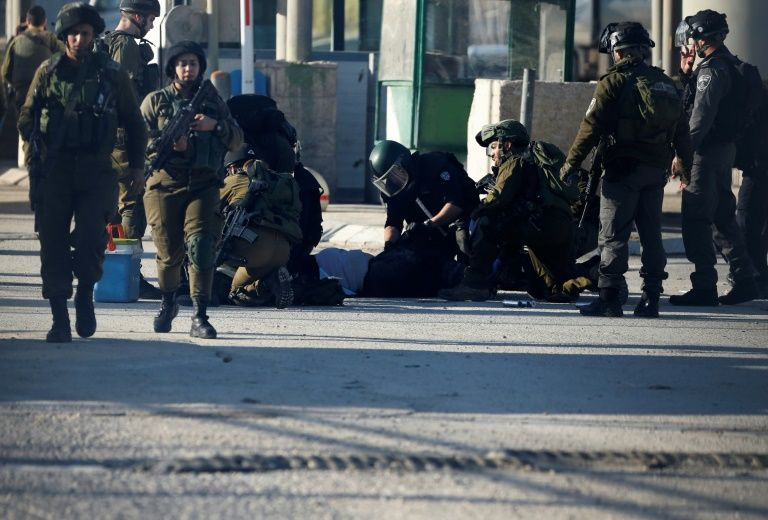 Israeli police officers stabbed in Jerusalem, Palestinian assailant shot dead