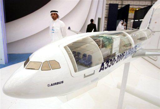 مواطن اماراتي يتجول في معرض دبي للطيران في 17 تشرين الثاني/نوفمبر 2009