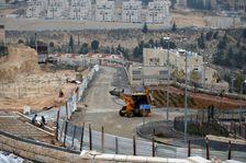 رافعات واليات حفر اسرائيلية في ورشة بناء وحدات سكنية جديدة في مستوطنة النبي يعقوب الاسرائيلية في شمال القدس الشرقية، 28 ك1/ديسمبر 2016