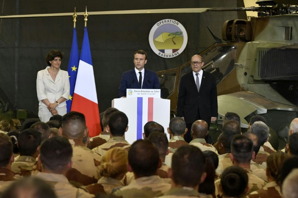 President Emmanuel Macron (c), Defense Minister Sylvie Goulard (l), and Foreign Minister Jean-Yves Le Drian, during a visit to northern Mali - May 2017