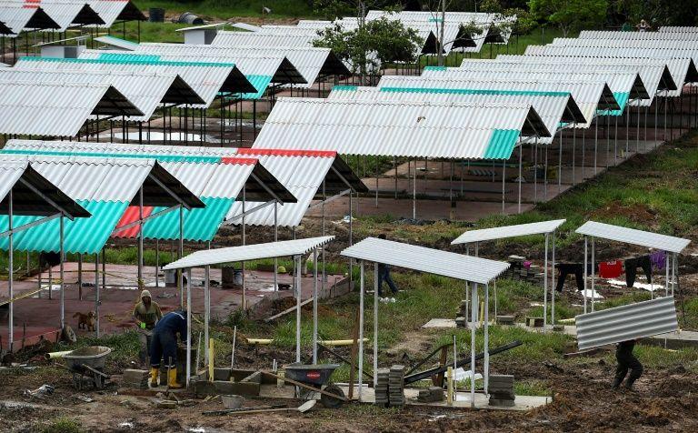 عناصر من القوات المسلحة الثورية في كولومبيا (فارك) يبنون منازل في منطقة كوليناس بولاية غافياري، 15 حزيران/يونيو 2017