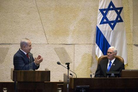 Le Premier ministre israélien Benjamin Netanyahu applaudit le vice-président américain Mike Pence au Parlement israélien à Jérusalem, le 22 janvier 2018