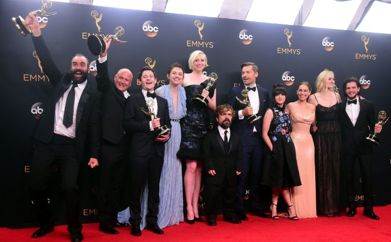 L'équipe de Game of Thrones pose avec l'Emmy de la meilleure série dramatique à Los Angeles le 18 septembre 2016