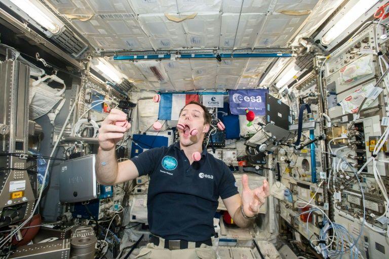 Thomas Pesquet jongle avec des macarons dans l'ISS, le 27 février 2017