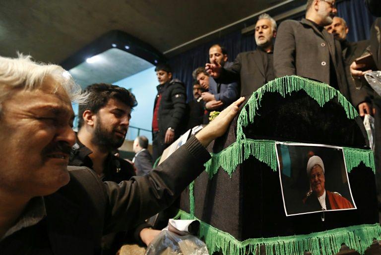 Des Iraniens se recueillent devant le cercueil de l'ancien président Akbar Hachémi Rafsandjani, à la mosquée Jamaran, le 9 janvier 2017 à Téhéran