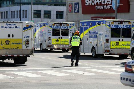 Des policiers près d'ambulances mobilisées à Toronto le 23 avril 2018 lorsqu'un homme a fauché des dizaines de piétons